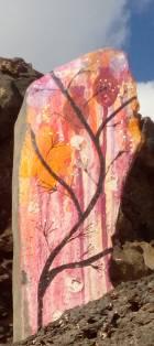 Bild av blommor målade på sten